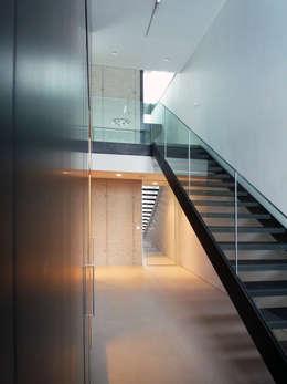 Projekty,  Korytarz, przedpokój zaprojektowane przez Architekt Zoran Bodrozic