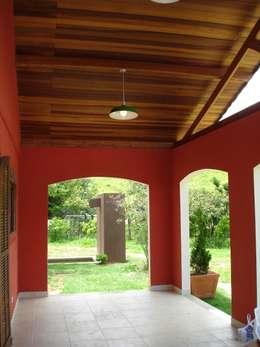 Pasillos y vestíbulos de estilo  por Mina Arquitetura & Construções