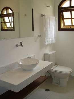 Baños de estilo colonial por Mina Arquitetura & Construções