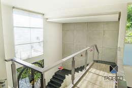 Pasillos y recibidores de estilo  por PORTO Arquitectura + Diseño de Interiores