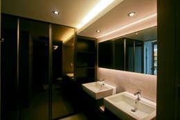 엄마만을 위한 공간과 넓은 주방_36py: 홍예디자인의  화장실