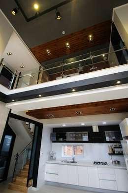 구율문화마을에 앉은 두 아이를 위한 부부의 새로운 행복 하우스 – 군산전원주택-ALC모던주택: (주)홈스토리의  거실