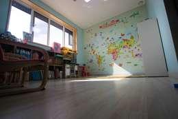 구율문화마을에 앉은 두 아이를 위한 부부의 새로운 행복 하우스 – 군산전원주택-ALC모던주택: (주)홈스토리의  아이방