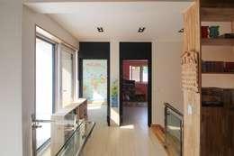 구율문화마을에 앉은 두 아이를 위한 부부의 새로운 행복 하우스 – 군산전원주택-ALC모던주택: (주)홈스토리의  복도 & 현관