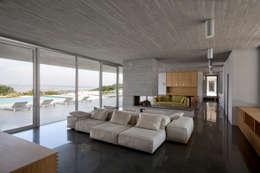 Salas / recibidores de estilo mediterraneo por Osa Architettura e Paesaggio