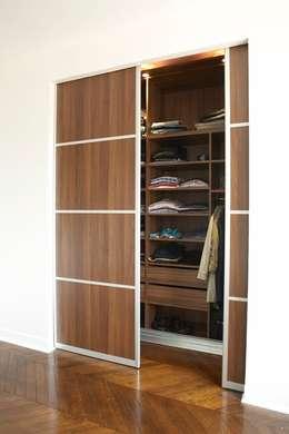 Un appartement chic et intemporel: Dressing de style de style Moderne par Les Murs ont des oreilles