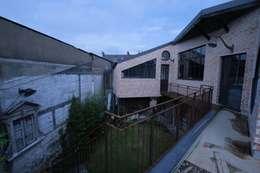 Loft en brique rouge avec jardin: Balcon, Veranda & Terrasse de style de style eclectique par Tabary Le Lay