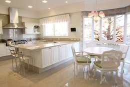 Residencia Condomínio Villa Benvenutti: Cozinhas clássicas por Claudia Pereira Arquitetura