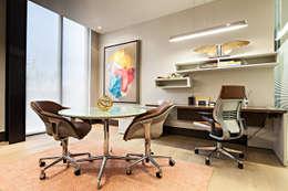 Oficinas Corporativas - home office: Estudios y oficinas de estilo moderno por Ofis Design