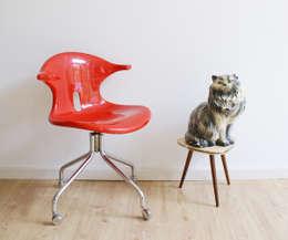 Toffe rode bureaustoel. Vintage stoel met retro design : industriële Studeerkamer/kantoor door Flat sheep
