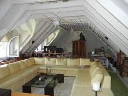 Sala multimedia de estilo  por Fainzilber Arqts.
