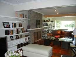CASA EN LA HORQUETA: Livings de estilo moderno por Fainzilber Arqts.