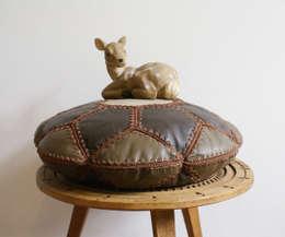 Sold. Lederen patchwork kussen. Vintage/retro bruin kussentje : rustieke & brocante Woonkamer door Flat sheep