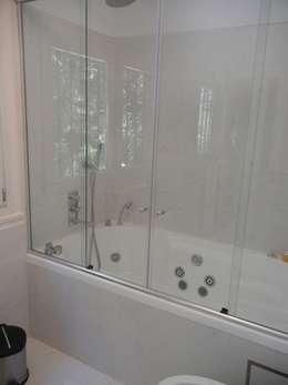 CASA EN LA HORQUETA: Baños de estilo moderno por Fainzilber Arqts.