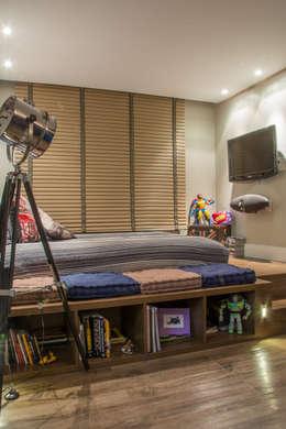 Dormitorios de estilo  por Michele Moncks Arquitetura