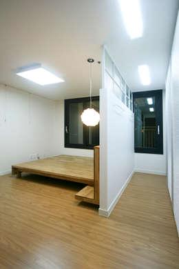 Dormitorios de estilo moderno por 홍예디자인