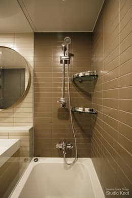 Baños de estilo  por 스튜디오 노트