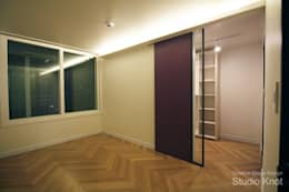 Projekty,  Sypialnia zaprojektowane przez 스튜디오 노트