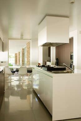 Cocinas de estilo moderno por A.As, Arquitectos Associados, Lda