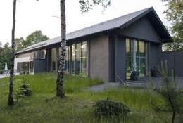 WIDOK BUDYNKU OD STRONY BASENU : styl minimalistyczne, w kategorii Domy zaprojektowany przez Biuro Studiów i Projektów Architekt Barbara i Piotr Średniawa