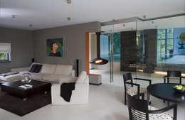 SALON Z WIDOKIEM NA BASEN : styl , w kategorii Salon zaprojektowany przez Biuro Studiów i Projektów Architekt Barbara i Piotr Średniawa