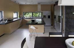 WNĘTRZE OD STRONY KUCHNI I JADALNI : styl , w kategorii Kuchnia zaprojektowany przez Biuro Studiów i Projektów Architekt Barbara i Piotr Średniawa