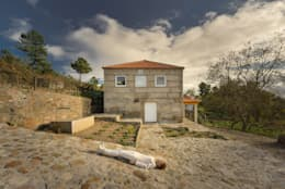 Acesso à caixa de granito: Telhados de quatro águas  por Corpo Atelier