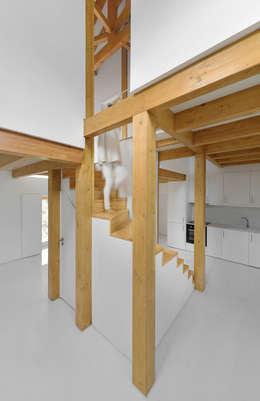 Escadas e volumes suspensos: Cozinhas campestres por Corpo Atelier
