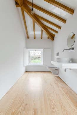 Volume da instalação sanitária: Casas de banho campestres por Corpo Atelier