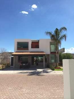Fachada Frontal: Terrazas de estilo  por Ambás Arquitectos