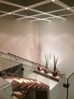 Pasillos y vestíbulos de estilo  por Ambás Arquitectos
