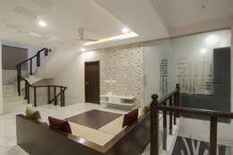 first floor lounge:  Corridor & hallway by KREATIVE HOUSE