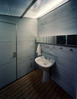 2階浴室: Guen BERTHEAU-SUZUKI  Co.,Ltd.が手掛けた浴室です。