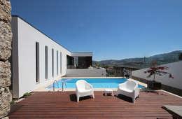 Piscinas de estilo minimalista por 3H _ Hugo Igrejas Arquitectos, Lda