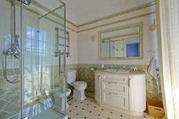Санузел в оливковых тонах: Ванные комнаты в . Автор – ODEL