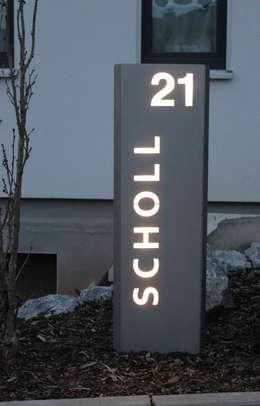 Beleuchtete LED Edelstahl-Stele mit individuellem Schriftzug: moderner Garten von Thorwa Metalltechnik