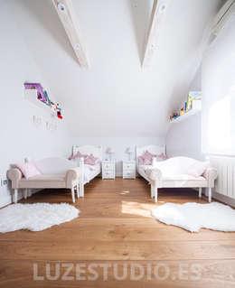 Dormitorios de estilo moderno por Luzestudio Fotografía