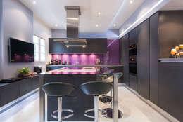 CUISINE AVEC UN ÎLOT ET  TV : Cuisine de style de style eclectique par LA CUISINE DANS LE BAIN SK CONCEPT