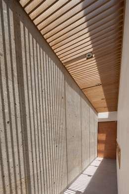 Casa Ming: Pasillo, hall y escaleras de estilo  por LGZ Taller de arquitectura