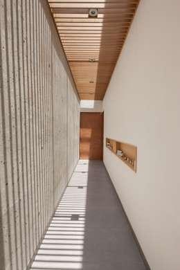 Pasillos y vestíbulos de estilo  por LGZ Taller de arquitectura