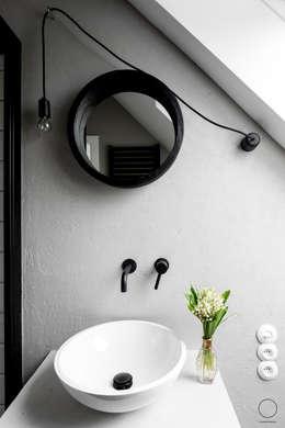 DOM W PASYMIU : styl , w kategorii Łazienka zaprojektowany przez OIKOI