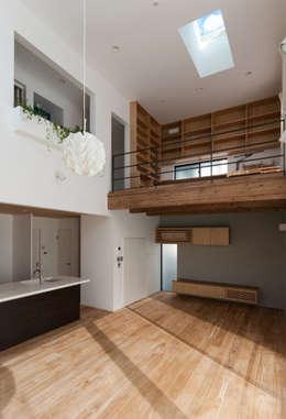 Salas de estar modernas por 株式会社ブレッツァ・アーキテクツ
