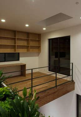 Studio in stile in stile Moderno di 株式会社ブレッツァ・アーキテクツ