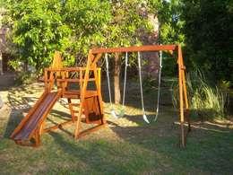 Juegos y casitas para niños: Jardines de estilo rústico por Juegos del Bosque