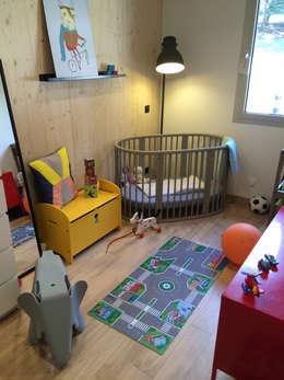 La boite noire: Chambre d'enfant de style de style Moderne par HomeMade Architecture[s]®