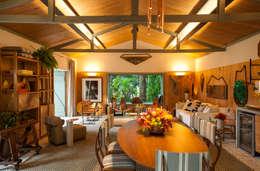 tropical Dining room by Marina Linhares Decoração de Interiores