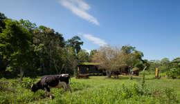 Comuna Yerbas del Paraiso - Misiones: Casas de estilo rural por IR arquitectura
