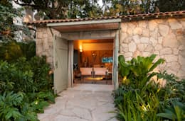 Jardines de estilo tropical por Marina Linhares Decoração de Interiores
