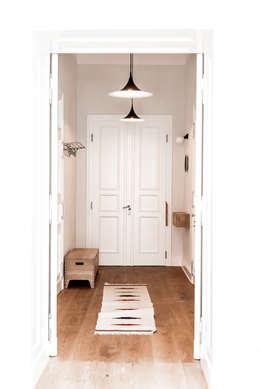 Hallway:  Corridor & hallway by Loft Kolasinski