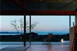 Salas / recibidores de estilo moderno por 松永鉄快建築事務所
